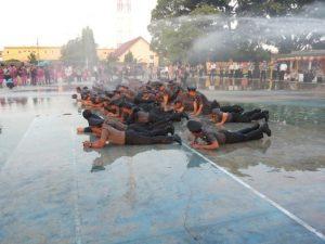Foto : Foto: Personil Polres Simalungun yang naik pangkat diguyur air.