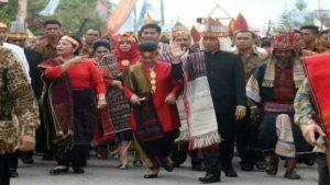 Presiden Jokowi dan Ibu Negara Saat Kenakan Pakaian Adat Batak Toba