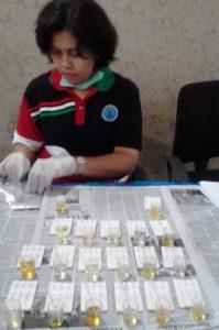 Petugas BNN Siantar sedang memeriksa urine pegawai imigrasi siantar